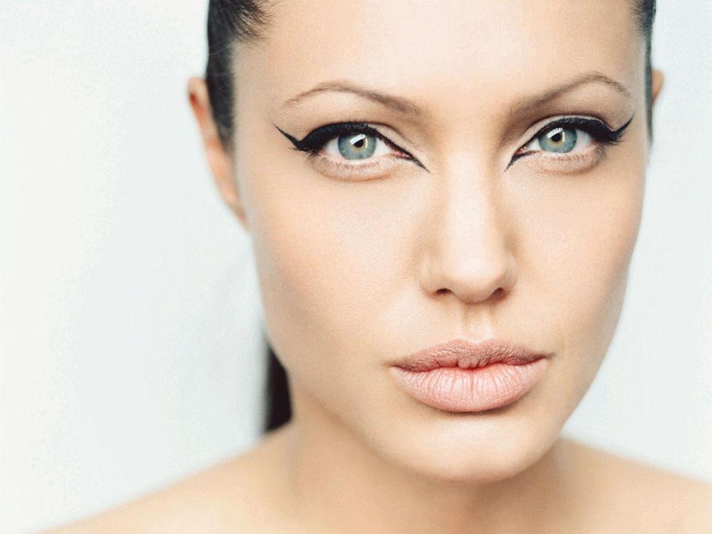 Angelina Jolie (1024x768 - 77 KB)