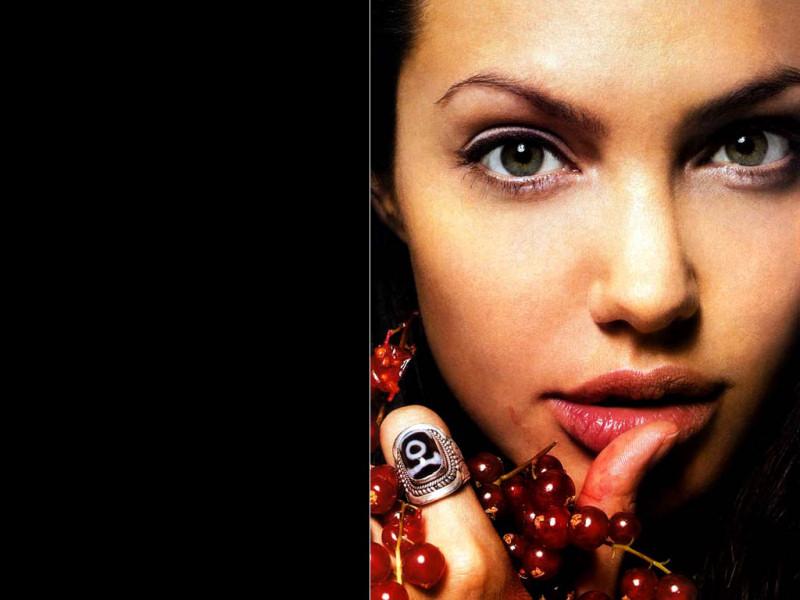 Angelina Jolie (800x600 - 92 KB)