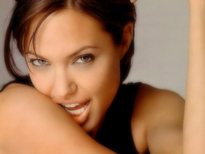 Angelina Jolie (800x600 - 84 KB)